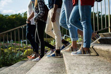Groupe portant des chaussures Perus