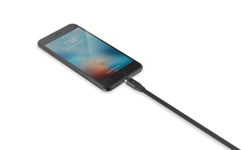 iphone entrain de recharger avec cable magnetique