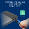 main qui insere un carte sd dans une powerbank